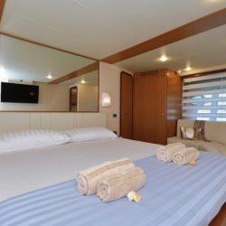 Ferretti681_Cabin1_Master_sofa