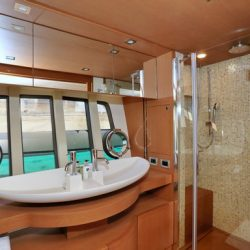 Ferretti780_TESORO_Master_bathroom