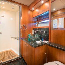 QUANTUM_Starboard_Twin_cabin_bathroom